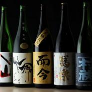 週替わりで10種類ほどある日本酒やフランス東部のブルコーニュ地方のものを中心とした白ワイン、クラフト人などを楽しめます。日本酒の酸味やワインの甘み調和した、「新しいジャンルのグルメ焼き鳥」を味わえます。