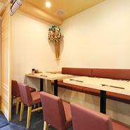 明るくてゆったりとした半個室があり、ちょっとした宴会や接待、会食にもピッタリです。またカウンター席もあるので1人でも入りやすく、仕事帰りなどのちょっとしたお食事も気軽に楽しめます。