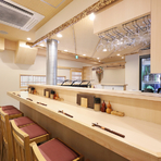 美しい白木作りの店内は、高級感と落ち着きを感じる空間