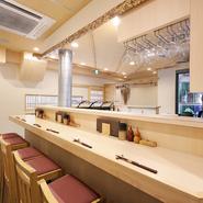 テーブルや棚などに使われた白木の、温かみを感じる和の空間に心が落ち着きます。肌触りの滑らかな白木と白を基調とした清潔感と高級感を併せ持つ店内は、まるで高級な日本料理店を思わせます。