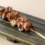 『つなぎ』とは、心臓(ハツ)と胃をつなぐ部位のこと。日本酒や塩、に加えて、ワインやビネガーなどで特別に調理してあります。ワインの香りとビネガーの酸味がどこかイタリアンのような味わいを感じさせます。