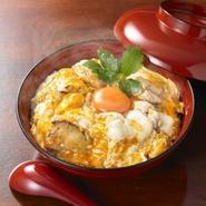 京都で手間隙と愛情をたっぷりかけて育てられた希少な京紅地鶏は、甘みが強いのにくどくない上質な脂が特徴です。紀州備長炭で焼き上げた香り高い鶏肉に、とろとろの奥久慈卵が絡んだ贅沢な一品です。