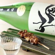 「やきとりマリアージュ」を合言葉に、その串に合う日本酒やワイン等こだわりのお酒を、利き酒師が教えてくれます。濃厚な味付けの部位にも負けない山廃系などのお酒を中心とした日本酒は焼き鳥との相性抜群です。