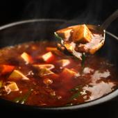唐辛子と花山椒をたっぷり加え、辛さとしびれにとことんこだわった『石焼麻婆豆腐』