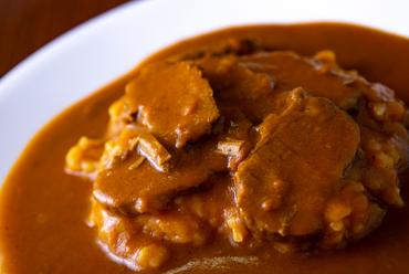 スパイスの配合から手づくりする本格レシピが特徴の『ビーフカレー』