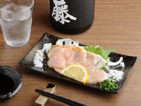 日本酒のアテにもおすすめ。美しい桃色が新鮮さの証『鹿児島産 鳥刺し』