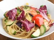 """自慢のパスタは日替わりで提供。旬野菜などをたっぷり用い、シンプルな味付けで素材の味を楽しめる皿に仕上げ。麺は""""究極の生パスタ""""として人気の淡路麺業のもの。写真は『地元野菜とベーコンのアーリオオーリオ』"""