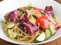 季節食材の持ち味を巧みに引き出した『本日のおすすめ生パスタ 明石鮮魚と地元野菜のアーリオオーリオ』