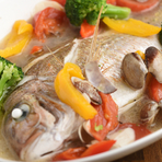 店のすぐ近くの昼網市で仕入れた、水揚げされたばかりの鯛を一尾使った皿。素材の鮮度と味が絶品なので、貝と旬の地元野菜、塩を合わせるだけで極上の旨さに。+800円でスープを使ったリゾットもできます!