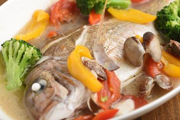 """""""まえもん""""鮮魚の味が生きる『天然明石鯛のアクアパッツァ』"""