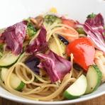 生パスタを使用し素材の味を大切にしたパスタランチ。日替わりで3種類からチョイス。地元野菜のサラダ、バケット付