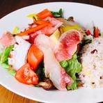 新鮮な海鮮と地元野菜をふんだんに使ったオシャレ&ヘルシーなランチセット。日替わりで明石の海鮮がどっさり。横に添えた十六穀米とご一緒にお召し上がりください