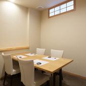 カウンター席や個室を使い分けて、ゲストが喜ぶスマートな接待を