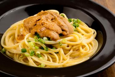 うに本来の味をそのまま楽しめる。まずは生うにで、次は麺にからめて二度美味しい『うにのパスタ』