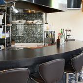 キッチンに面した広いカウンター席は、おひとり様にもぴったり