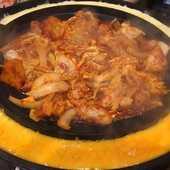 濃厚なチーズとピリ辛の味付けがたまらない『韓国仕込みチーズタッカルビ鉄板焼き』(2人前)