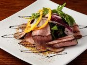 国産の上質な牛もも肉を使用し、絶妙な熱加減で調理しました。火の通りにこだわったお肉は、歯ごたえともも肉本来の美味しさが楽しめます。肉料理が好きな方におススメのメニューです。