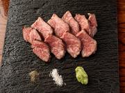農林水産大臣賞を受賞した広島県の峠下牛を使った炭火焼です。サーロイン・もも・くりみ・みすじなど、牛肉の中でも珍しい希少部位が数多く揃っています。牛肉本来の旨みをご堪能ください。
