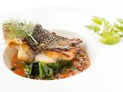 店独自のルートを開拓し、魚介の宝庫・山口県と石川県から季節の鮮魚を直送仕入れ。魚の持ち味と状態を吟味し、頂点の味&食感を楽しめる一皿に仕上げます。ポアレ、ムニエル、スープ仕立てなどがディナーに登場。