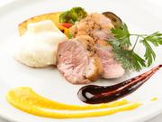 日替わりの肉料理の一例。厳選した肉を繊細な火入れでローストやステーキに仕上げ、季節の香りと風味をまとったソースを添えて、提供。肉の美味しさ、ボリューム感ともに抜群で、噛むほどに旨みがほとばしります。