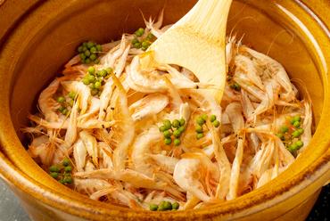 旬の食材をふんだんに使った『土鍋ご飯』は、炊きたてで提供