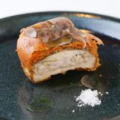 黒トリュフを贅沢に乗せた、食感が楽しい冬のおまかせコースの一品『北海道産白子と四種きのこのフリット』