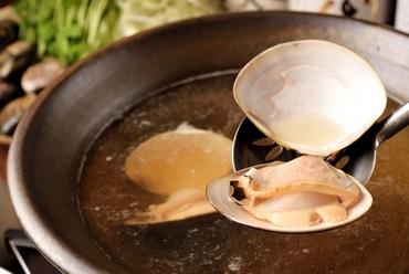 秘伝のスープで蛤を満喫する『桑名産天然はまぐりしゃぶしゃぶ』