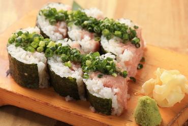 さっぱりとした酢飯と、溢れんばかりに乗った様々な海鮮の旨味がマッチする『こぼれ寿司』