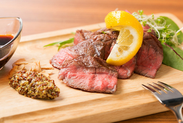 肉の旨味と甘味を存分に感じられる『炭火焼ローストビーフ』