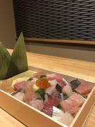 おぼろと中具を混ぜたシャリに旬の魚を散りばめた彩きれいなちらし寿司です。