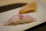 甘鯛昆布締めは弾力がありながらもモチモチとした食感を愉しんでいただける一品となっております。昆布締めにすることで、甘鯛が本来持っている旨みをより一層引き出します。是非ご賞味ください。