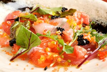 海の恵みを満喫できる。『本日鮮魚のカルパッチョ 柴漬け入り野菜ソース』