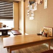 余裕のあるテーブル配置とフローリング床でくつろげる座敷席