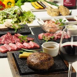 人気の牛100%ハンバーグ・国産銘柄豚・鶏もも肉、デザート等々計8品!全100種以上が2時間飲み放題
