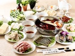 火鍋は四川省の伝統的な鍋料理です。 一度に二種類の味をお楽しみ頂けます。