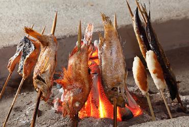魚の美味しさを丸ごと味わえる「原始焼」