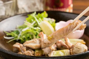 朝〆の鮮度抜群の鶏肉をシンプルに味わう。さまざまな部位を楽しめる『タマ軍鶏の塩焼き盛合せ』