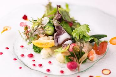 季節ごとに、ときには毎日、表情を変える『新鮮な魚介と野菜のサラダ仕立て』
