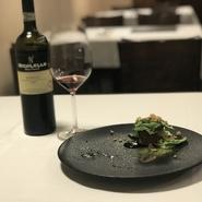 料理に合うワインを選ぶワインペアリングは、スタッフ全員で行っています。コースでは、1品ごとにおすすめワインを用意。ワインはグラス半分の量で提供するため、コスパ良く楽しめます。(画像はイメージ)