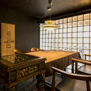 レトロお洒落なテーブルやフロアが印象的な店内。カジュアルだけど上質な空間は、大事な人と過ごすのにふさわしいものです。2人の時間をより充実させる料理やワインも揃っています。