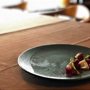 1皿1皿に、素材の美味しさを引き出しながら季節感を表現した全8品のライトなコース。各料理に合わせたワインペアリングもご用意。スタッフ全員で試行錯誤したペアリングを是非お試し下さい。