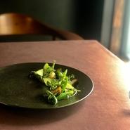 1皿1皿に色々な要素を盛り込みながらも、素材の美味しさを引き出すように表現した全9品のコース。各料理に合わせたワインペアリングもご用意。スタッフ全員で試行錯誤したペアリングを是非お試し下さい。