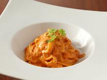 気品を感じさせる『ズワイ蟹のトマトクリームソース 蟹味噌風味タリアテッレ』