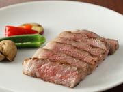 特選「山形牛」A5ランク・サーロインの炭火焼。お肉の旨味を引き出すためだけの味付けはシンプルに。至福のひとときに浸ってみませんか。