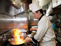 オープンキッチン越しに見るお客様の様子から味つけを決めます