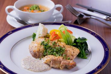 ディナーコースの一例『本日のお魚料理』天然ものの真鯛のポワレ・サフランソース