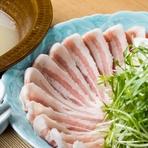 希少な佐賀県産のブランド豚・金星佐賀豚を、贅沢にしゃぶしゃぶで。脂の甘みが特徴です。鶏ガラと鰹、昆布で取った合わせ出汁は旨味たっぷり。ポン酢を一切使わず出汁の旨みだけでシンプルに味わいます。