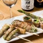 佐賀県産や糸島産の特大アスパラを、佐賀県産のブランド豚・金星佐賀豚で巻いた一品。豚肉の甘みと旨み、特大アスパラの食感がたまらないメニューです。ミネラルたっぷりの塩を付けてシンプルに。