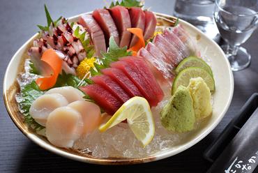 日替わりで旬の鮮魚を堪能する人気メニュー『おすすめ刺身五種盛り』