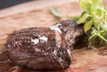 薪で香り良くしっとり焼き上げた「くまもとあか牛」の『肉料理』